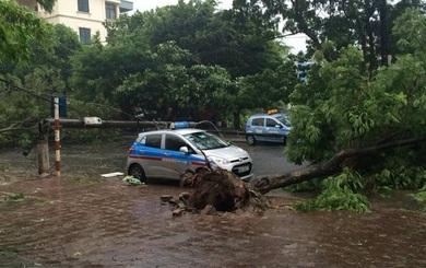 """Xe đổ ngổn ngang đường, xuất hiện """"bản đồ"""" di chuyển ở Hà Nội ngày mưa bão"""