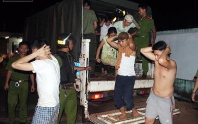 Người dân run chân khi nhóm cai nghiện cầm hung khí ra chặn đường