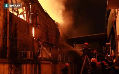 Hà Nội: Kho hàng trong khu công nghiệp La Phù đang bốc cháy dữ dội