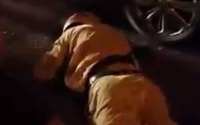 Cảnh sát ngã sõng soài khi truy đuổi 2 nam thanh niên vi phạm