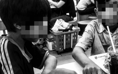 2 bé ăn xin và phản ứng không ngờ của người đàn ông trong quán gà