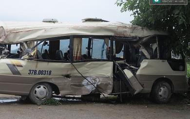 Cạy ghế giải cứu người trên xe khách biến dạng sau tai nạn ở Nghệ An