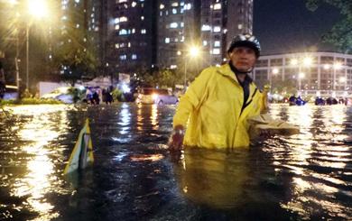 Trận mưa lớn nhất từ sau năm 1975 làm 59 tuyến đường ở Sài Gòn ngập nặng
