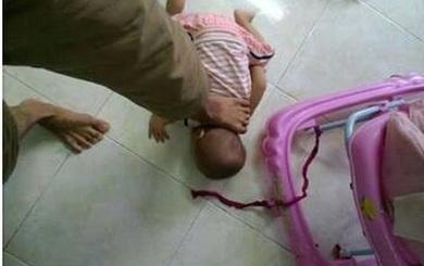 sự thật đáng lên án đằng sau bức ảnh bố dùng chân đè cổ con nhỏ để dọa vợ