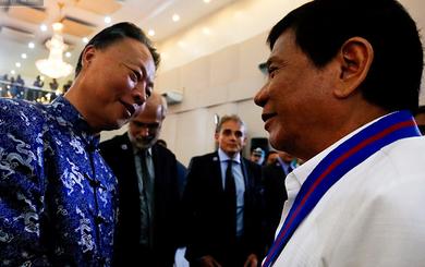 """Tổng thống Philippines bất ngờ """"nói chuyện tình cảm"""" với Đại sứ Trung Quốc"""