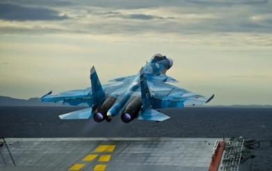 NÓNG: Tiêm kích Su-33 trên tàu sân bay Nga rơi xuống biển