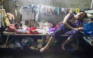 """Sài Gòn ngập: 4 người ngủ 3 ngày trên 1 chiếc ghế, gà """"trốn"""" trên mặt bàn"""