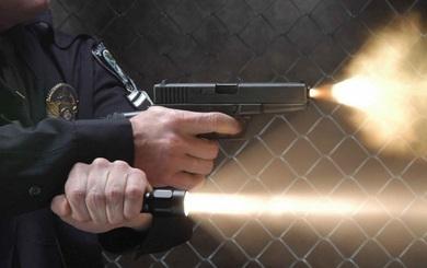 Lực lượng đặc nhiệm kết hợp đèn pin và súng khi tác chiến ban đêm như thế nào?