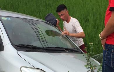 """Hiệp """"gà"""" gặp tai nạn, lao thẳng xe hơi xuống ruộng"""