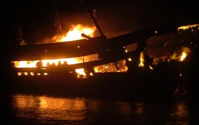 Tàu cá bốc cháy ngùn ngụt giữa đêm mưa lớn, dân mất trắng 7 tỉ đồng