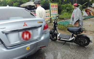 """Cách chạy xe đạp điện """"độc"""" của cô gái trên đường Hà Nội gây bức xúc"""
