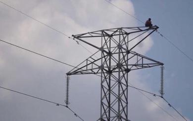 Nam thanh niên ở trần cố thủ hơn 6 giờ trên trụ điện cao thế, phải cắt điện nhiều nơi