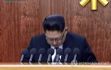 Vì sao ông Kim Jong Un liên tục gập người cúi đầu trước người dân?