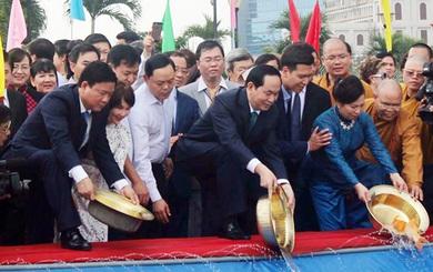 Chủ tịch nước Trần Đại Quang cùng lãnh đạo TP.HCM thả cá chép tiễn ông Táo