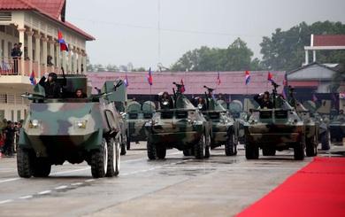"""Xe bọc thép """"Hai lúa Việt Nam"""" dẫn đầu khối diễu binh của lữ đoàn tinh nhuệ số 1 Campuchia"""