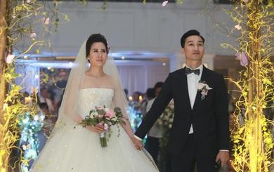 """Chú rể Thành Trung phải ký """"hợp đồng hôn nhân"""" ngay tại đám cưới"""