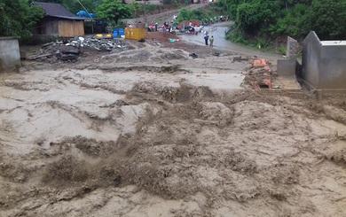 Lũ quét kinh hoàng cuốn nhiều nhà ở vùng biên giới Nghệ An