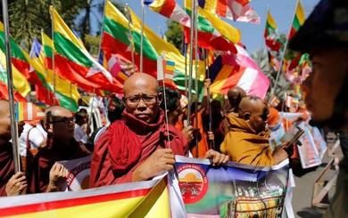 Myanmar bùng phát biểu tình phản đối cảnh sát Thái Lan phong tỏa chùa, truy lùng nhà sư