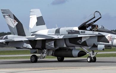 Tiêm kích F/A-18 Mỹ giả dạng máy bay Nga bị vứt bỏ không thương tiếc: Chơi đòn hiểm?
