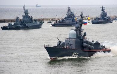 Tàu chở khí tài Mỹ bị chiến hạm, máy bay Nga cản đường, quấy rối