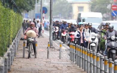 Cận cảnh barie ngăn dòng xe máy tràn lên vỉa hè ở một số tuyến phố Hà Nội
