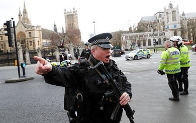 Hỗn loạn hiện trường vụ nổ súng ngoài tòa nhà Nghị viện Anh