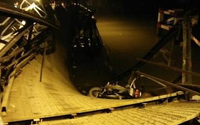 Cận cảnh hiện trường cầu sập khiến ô tô, xe máy rơi xuống sông ở Sài Gòn