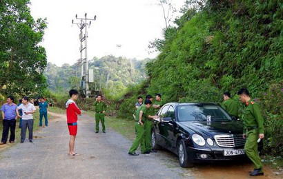 Vụ 3 người trong gia đình tử vong: Cửa xe Mercedes không khóa, người mẹ vẫn ôm con trai