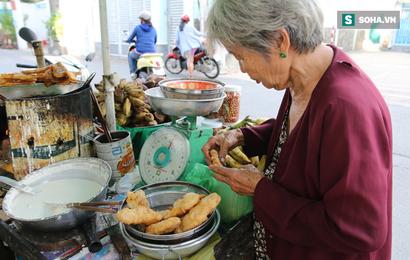 """Cụ già bán chuối chiên nuôi chồng bại liệt ở Sài Gòn: """"Có ít tiền thì sống theo cách của người ít tiền"""""""