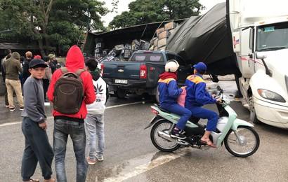 Xe đầu kéo chở hàng chục tấn hoa quả lật đè bẹp đầu ô tô bán tải trên quốc lộ