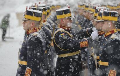 24h qua ảnh: Tiêu binh Romania đứng bất động dưới mưa tuyết