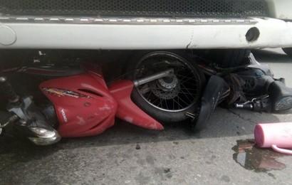 Tạt đầu xe container để qua đường, 3 người đàn ông cùng 2 xe máy bị cuốn vào gầm