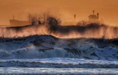 24h qua ảnh: Tàu chở hàng chống chọi với sóng lớn trên biển Bắc