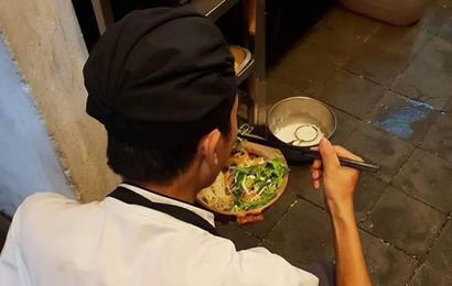 """Chàng trai cầm bát mỳ ăn vội dưới góc bếp: Nỗi niềm của nghề """"làm dâu trăm họ"""""""
