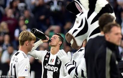 """Ronaldo """"ăn hên"""", nâng cao chức vô địch đầu tiên từ khi chuyển sang Juventus"""