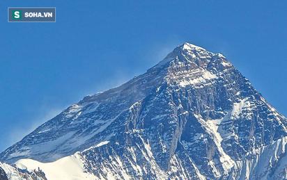"""Cắm trại gần đỉnh Everest, các nhà khoa học bị giật mình vì """"âm thanh lạ"""" lúc nửa đêm"""