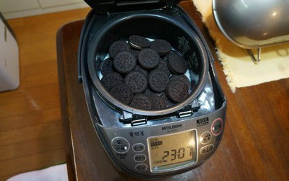 Cười nhạo người bạn cho bánh quy socola vào nồi cơm điện, ăn xong rồi cô gái bẽn lẽn xin thêm