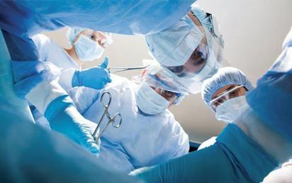 Cứu sống người đàn ông dùng kéo tự đâm thủng tim, phổi