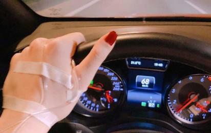 Bàn tay đặt lên vô lăng và hành động của nữ tài xế khiến tất cả xanh mặt, sợ hãi
