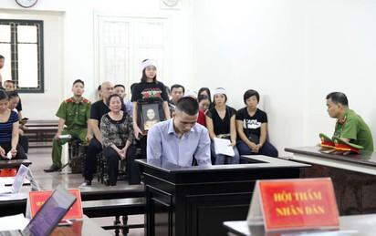 Xử nam sinh giết người phụ nữ ở căn hộ cao cấp: Con gái nạn nhân gào khóc nhớ mẹ tại tòa