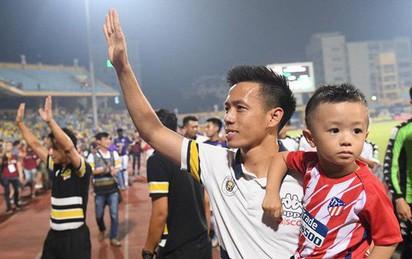 Văn Quyết, Thành Lương bế 2 quý tử ăn mừng trong ngày CLB Hà Nội lên ngôi vô địch sớm