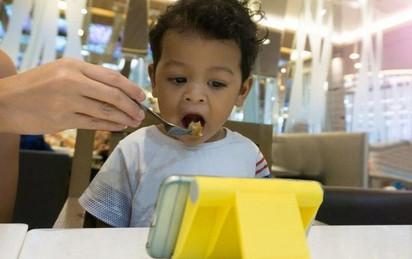 """Vừa ăn vừa xem điện thoại: Thói quen xấu """"đánh cắp"""" sức khỏe của cả người lớn và trẻ nhỏ"""