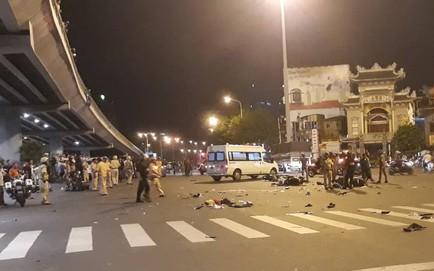 (NÓNG) Ô tô tông hàng loạt xe máy ở ngã tư Hàng Xanh, người bị thương nằm la liệt trên đường