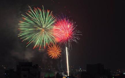 Đại tiệc pháo hoa đã khai màn trong phút giao thừa ở Sài Gòn, Hà Nội