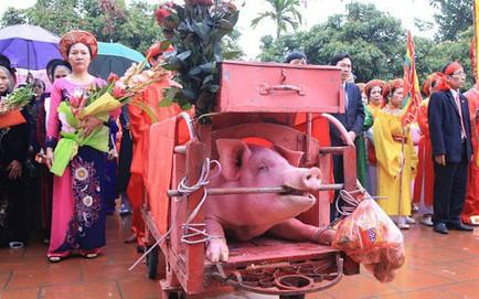 """Hàng nghìn người dân kéo đến xem lễ chém lợn ở Ném Thượng, hai """"ông ỉ"""" bắt đầu được đưa ra sân đình"""