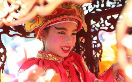 """""""Tướng bà"""" 9 tuổi tại lễ hội đền Gióng được cõng, bế, bảo vệ nghiêm ngặt vì sợ bắt cóc"""
