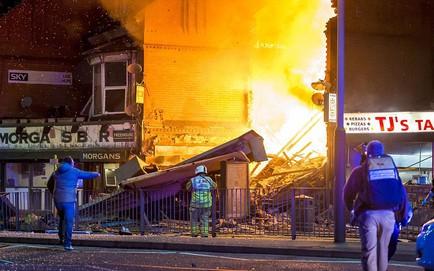 Ảnh: Nổ lớn san phẳng cửa hàng ở Anh, nhiều người bị vùi lấp