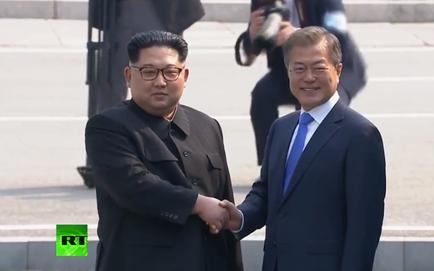 [CẬP NHẬT] Nhà lãnh đạo Triều Tiên Kim Jong-un đã có màn bắt tay lịch sử với TT Hàn Quốc và cùng duyệt đội nghi thức