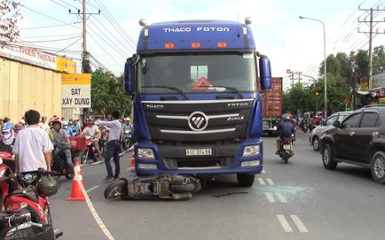 Vụ tai nạn thương tâm giữa xe máy và container: Bé trai rơi ra khỏi bụng mẹ, nằm khóc trên đường