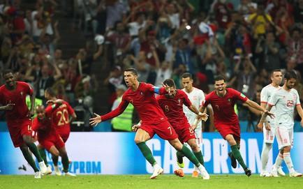 """""""Thêu hoa dệt gấm"""", TBN vẫn phải hồn xiêu phách lạc trước hattrick của Ronaldo"""